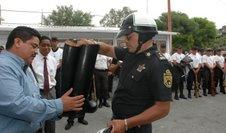 20070722112115-cureno-entrega-uniformes-a-la-polica-min-2.jpg