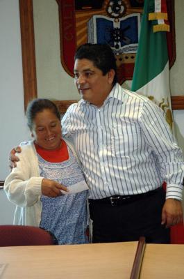 En el Día Internacional de la Mujer, el alcalde de Ecatepec entregó microcréditos a madres de familia empresarias
