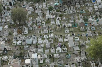 Cementerios municipales al tope; ya no hay dónde caerse muerto.