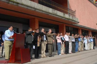 Protestan trabajadores del municipio suspendidos por beber en horas de trabajo. Ni con amenazas ni presiones dejaremos de combatir la corrupción, dice el alcalde