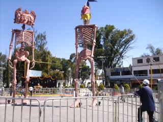 Calaveras monumentales y de tamaño normal visitan la explanada municipal de Ecatepec