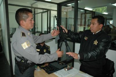 Revalidan a la policía ecatepense la licencia para portar armas; recibe nuevo armamento pero sigue con un déficit del 20 %