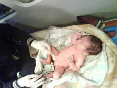 Elementos de la policía municipal y protección civil salvan a un bebé recién nacido abandonado en la calle; suman ya tres casos idénticos.