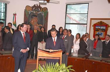 20091005010328-pena-nieto-firma-el-libro-de-visitas-de-ecatepec.jpg